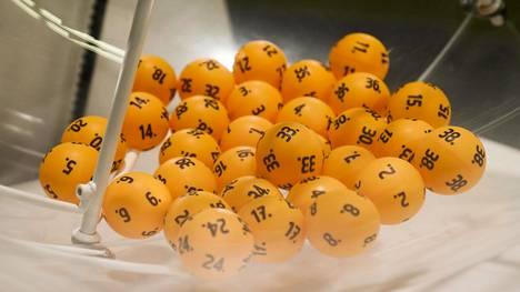 Moni lottovoittaja uskaltaa kertoa asiasta vain läheisilleen.