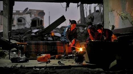 Palestiinalaisia raunioituneessa talossa Gazan kastaleella 20. joulukuuta.