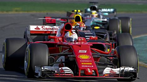 Voitto ratkesi tässä: Vettel tuli varikolta Verstappenin ja Hamiltonin eteen.