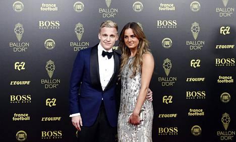 Ajaxin keskikenttämies Donny van de Beekin, 22, tyttöystävällä Estelle Bergkampilla on vahvat siteet jalkapalloon puolisonsa ohellakin; hänen isänsä on Ajaxin ja Arsenalin hollantilaislegenda Dennis Bergkamp.
