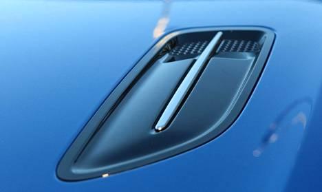 Liioittelua tai ei, konepellin ilmanottoaukot alleviivaavat tyyliä.