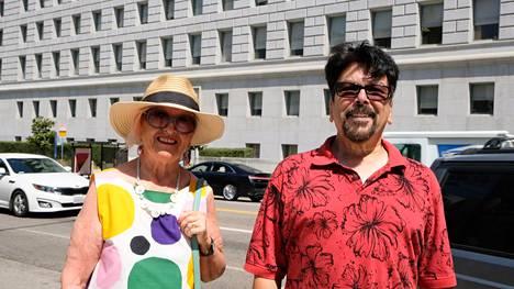 Mirja Covarrubias ja Rodolfo Romero seurasivat aikanaan Manson-murhien oikeudenkäyntiä Los Angelesin oikeustalolla.