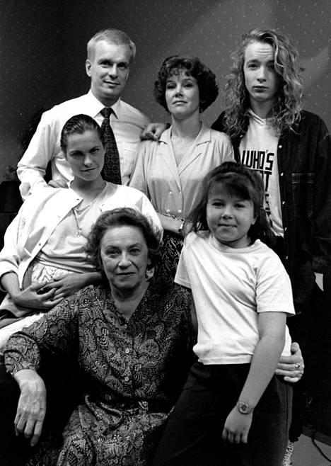 Suosikkisarjaa Ruusun aika tehtiin vuosina 1990–1991 kaikkiaan 34 jaksoa. Katja Kiurun lisäksi mukana olivat muun muassa Jukka Puotila, Riitta Räty, Paavo Westerberg, Vappu Jurkka ja Pauliina Sykkö.
