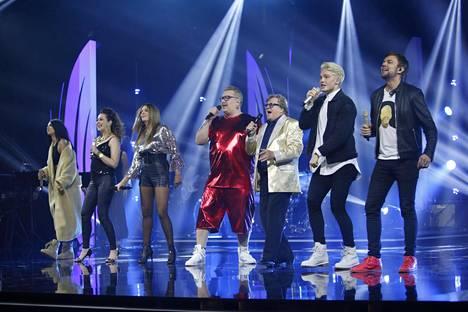 Finaalilähetys alkoi kilpailusta jo pudonneiden artistien esityksellä.