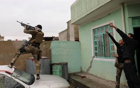Irakin erikoisjoukot yrittävät osua Isisin lennokkiin Mosulissa lauantaina.
