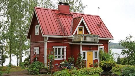 Suomen kauneimmaksi kesämökiksi valittiin Akaassa sijaitseva keräilyhenkeen sisustettu mökki.
