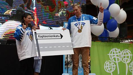 Lempäälä kunnioittaa jääkiekkomaajoukkueiden kapteeneja Jenni Hiirikoskea ja Marko Anttilaa hienolla tavalla.