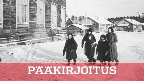 Suomi erotteli venäläisväestöä leireille, mutta suomensukuisille rakennettiin kouluja Itä-Karjalan miehityksen aikana jatkosodassa. Kuvassa vepsäläislapsia palaamassa koulusta.