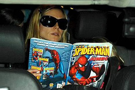 Heidi Klumilla oli matkalukemisena Hämähäkkimies-sarjakuva.