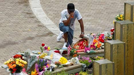 Louisvilleläinen mies vieraili Muhammad Ali Center -museon edustalla kunnioittamassa menehtyneen legendan muistoa.