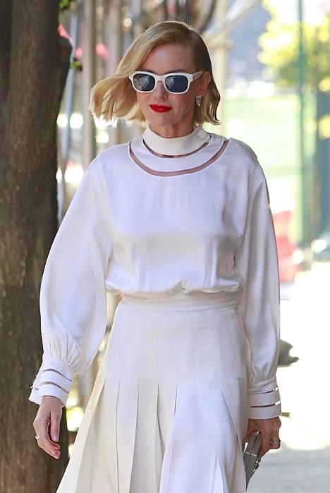 Kellohame ja hauskoin yksityiskohdin koristeltu, leveähihainen paita – taattua Naomia!