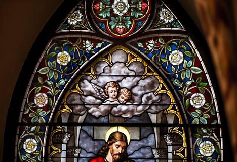 Pyhiinvaeltaja-aiheisen lasimaalauksen enkelit esittävät lahjoittaja Maria Ekmanin hukkuneita serkkuja.