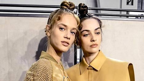Esimerkiksi kampaukset ja hiustyylit onnistuvat paremmin, kun hiuksiin ja välineisiin saa hieman pitoa kuivashampoolla.