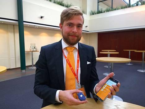 Expertin Mikki Inkeroisella on käsissään tarjouksia asiakkaille lähettävä bluetooth-majakka sekä mobiilisovellus.