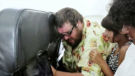 Stephen kärsii lentopelosta. Vieressä istuva vieras tyttö pitelee kiinni itkevästä ja tärisevästä miehestä. Tiededokumentti: Lentopelko, to 9.4. Teema klo 21.00.