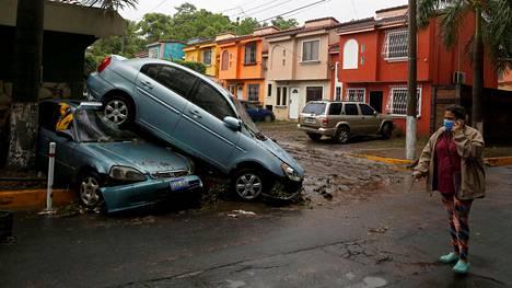 Trooppisen myrskyn jälkiä San Salvadorissa 31. toukokuuta 2020.