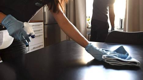 Toimiston väki testasi siistijän työn jälkeä oudolla keinolla – siivoojan pila lopetti kiusan kuin seinään