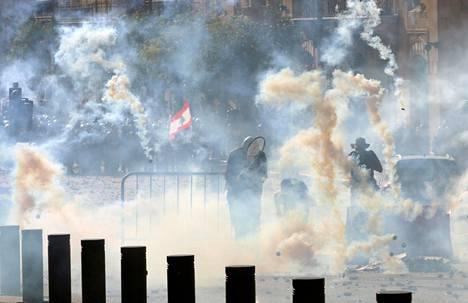 Poliisi ampui kyynelkaasua kohti mielenosoittajia.
