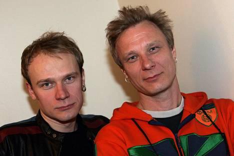 Anna-Liisa Alangon maineikkaat rock-muusikkopojat Ilkka ja Ismo (oik.) Alanko yhteiskuvassa 2005.