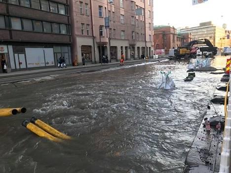 Helsingin Hämeentiellä tulvii.