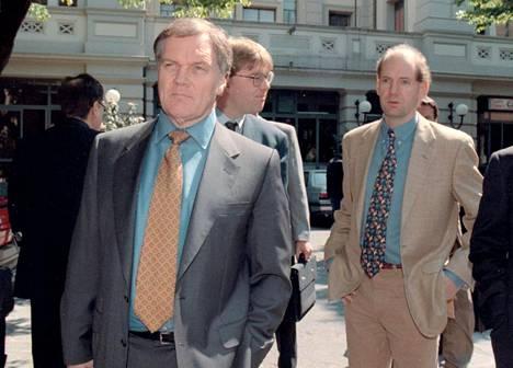 Patrick Head (vas.) ja Adrian Newey (oik.) menossa oikeuskäsittelyyn 15.4.1997. Head todettiin myöhemmin oikeudessa syylliseksi Sennan auton ohjaustangon hajoamiseen ja siitä aiheutuneeseen ulosajoon, mutta rikos oli Italian lakien mukaan vanhentunut.