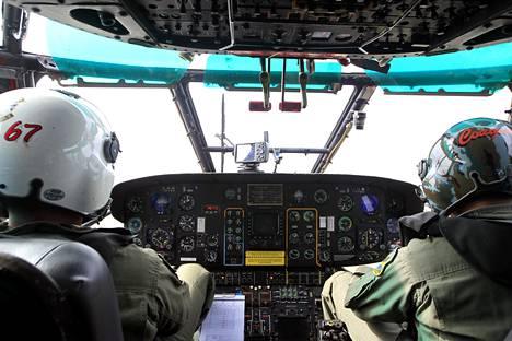 Indonesian ilmavoimien miehet etsivät AirAsian konetta Super Puma -helikopterilla perjantaina.