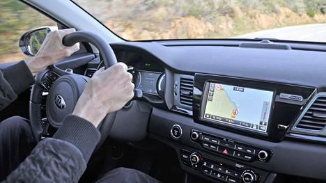 e-Niron täyssähköauton voimalinja on mahdollistanut esimerkiksi kojelaudan ja keskikonsolin uudelleensuunnittelun. Ajoergonomia on asiallinen. e-Niro on varustettu taka-akselin erillisjousituksella, joka lisää ajomukavuutta etenkin suuremmissa nopeuksissa ja huonoissa tieolosuhteissa.