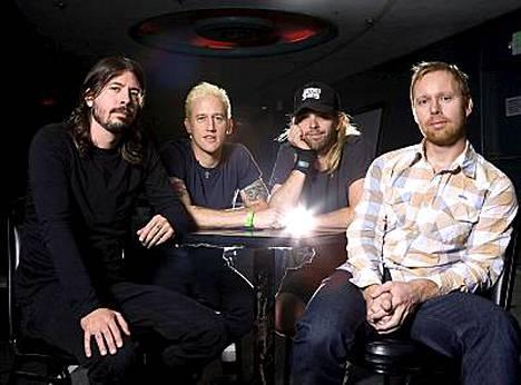 Foo Fighters saapuu ensimmäiselle isolle Suomen-keikalleen ensi kesän Provinssirockiin. Yhtyeen jäsenet vasemmalta ovat laulaja-kitaristi Dave Grohl, kitaristi Chris Shiflett, rumpali Taylor Hawkins ja basisti Nate Mendel.