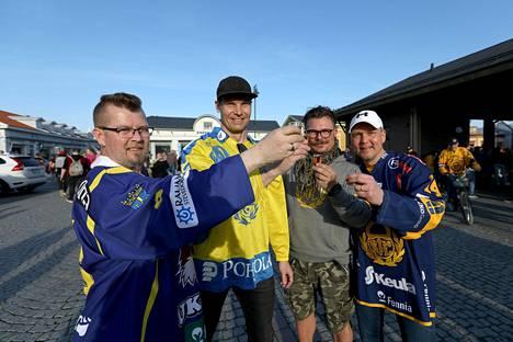 Timce, Olli, Jarkko ja Ville juhlistivat Lukon mestaruutta.
