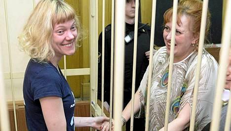 Sini Saarela iloitsi asianajajansa Larisa Vasiljevan kanssa kuultuaan pääsevänsä vapaaksi takuita vastaan Pietarissa tiistaina.