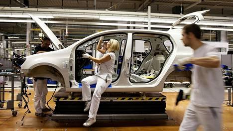 Volkswagen tehostaa tuotantoaan leikkaamalla pois valikoimasta huonosti myyviä malleja. Muutos on autohistoriallisessa mielessä merkittävä, sillä sekä alkuperäisestä Kupla-mallista ammentava Beetle, että Golfin yhdeksi urheiluversioksi alkujaan leivottu Scirocco on tavattu jo laskea vähintäänkin keskisarjan autolegendoiksi.