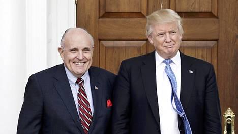 Asianajaja Rudy Giuliani kuvattiin yhdessä presidentti Donald Trumpin kanssa New Jerseyssä sijaitsevalla golfklubilla marraskuussa 2016.