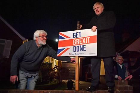 Johnson poseeraa kampanjakyltin kanssa, joka lupaa konservatiivien tärkeintä vaalilupausta: hoitaa Britannia ulos EU:sta mahdollsimman nopeasti.
