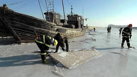 Tutkijat selvittävät, mitä Jinzhoussa jäähän jääneille laivoille voisi tehdä.