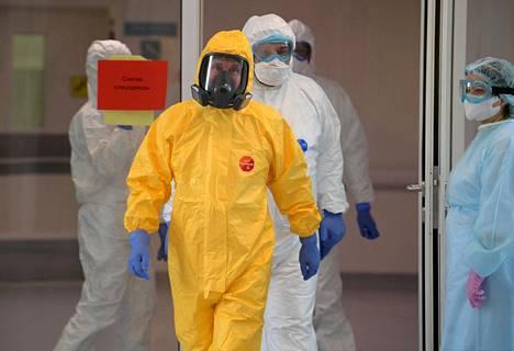 Vladimir Putin vieraili koronaviruspotilaiden luona keltaiseen suojapukuun pukeutuneena.