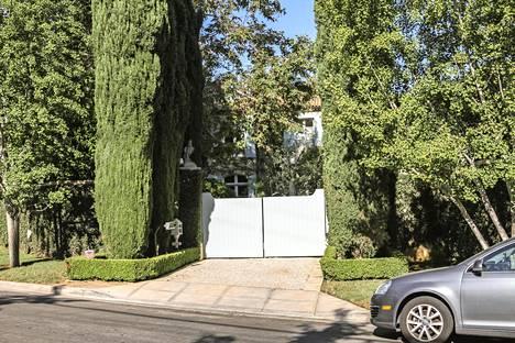 Simpsonin entinen kartano sijaitsi tällä paikalla, vain lyhyen ajomatkan päässä Nicole Brown Simpsonin asunnolta. Kartano on purettu ja tilalle rakennettu uusi talo. Jopa kadunnumero on muutettu.
