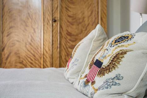 Vierashuoneessa on oma vessa ja kylpyhuone. Tyynyjä koristavat Yhdysvaltain vaakunat.