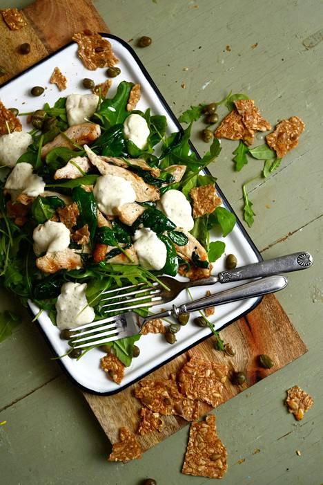 Caesarsalaatin saa lämpimäksi paistamalla broilerit ja pinaattia juuri ennen lautaselle nostamista.