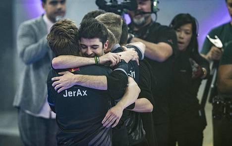 """Vainikka halaa joukkuekaveriaan, ranskalaista Sébastien """"Ceb"""" Debsiä."""