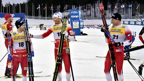 Miesten 15 kilometrin yhdistelmäkisassa Norja otti neloisvoiton: kuvassa vasemmalta kakkoseksi sijoittunut Sjur Röthe, voittaja Emil Iversen ja pronssimitalisti Pål Goldberg.