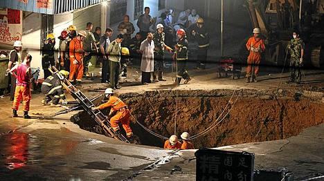 Yksi mies saatiin pelastettua tästä kuopasta.
