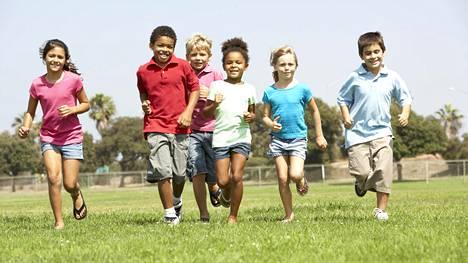 Vanhempien lyhyempi työviikko on yksi syy lasten onnellisuuteen. Kuvituskuva.