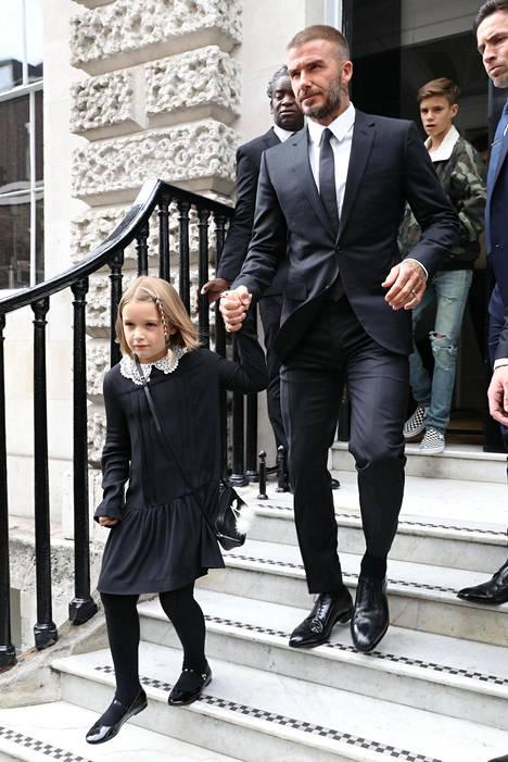 David Beckham ja 7-vuotias Harper saapuivat seuraamaan Victorian muotinäytöstä.
