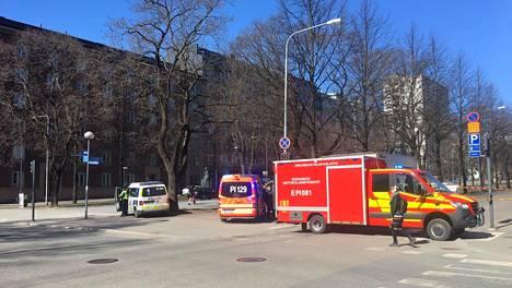Ensihoitajia ja poliisi paikalla tapahtumapaikalla Tampereen Hämeenpuistossa.