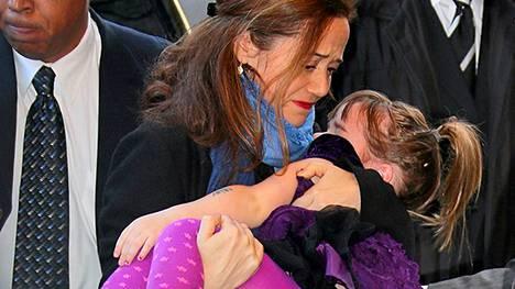 Philip Seymour Hoffmanin ex-puoliso Mimi O'Donnell saapuu tilaisuuteen kantaen heidän nuorinta lasta Willaa sylissään.