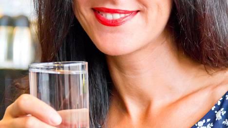 Juo riittävästi vettä – ennen ruokailua lasillinen voi vähentää nälän tunnetta.