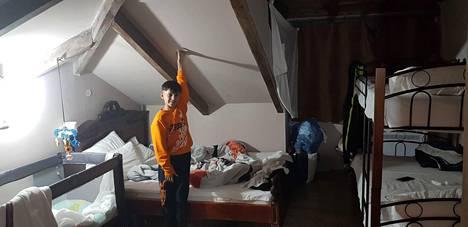 Perheen kotina on tämän talven ollut pieni 20 neliön suuruinen huone lähellä Albanian rajaa olevassa hotellissa.