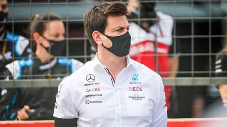 Toto Wolff johtaa Mercedes-tallia.