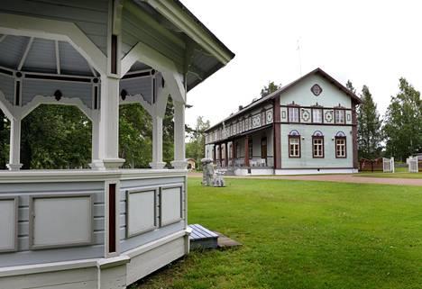 Taidekeskus Salmela sijaitsee Pyhäveden rannalla.