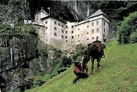 Postojnan tippukiviluolien lähellä on Predjaman linna, joka on rakennettu kallion sisään.